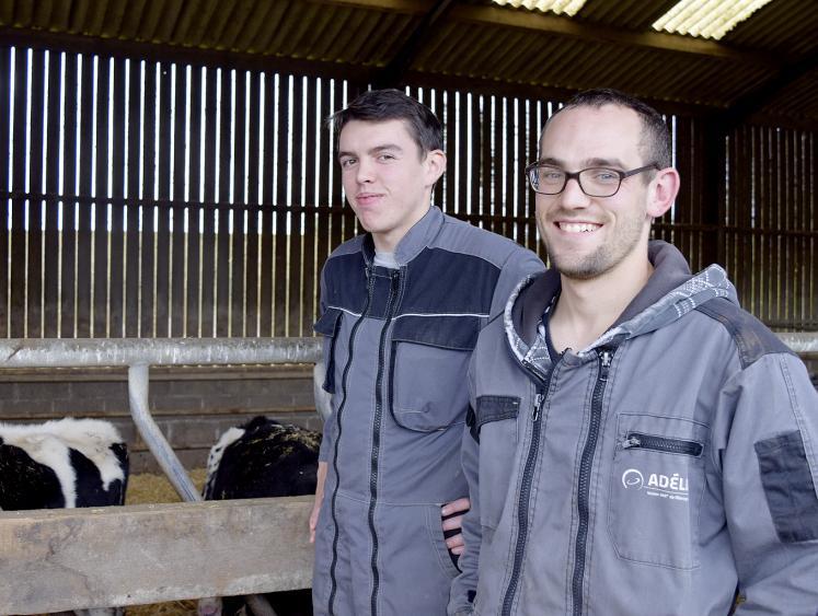 Cédric Georgelin, éleveur laitier et avicole à Magoar (22) et son stagiaire Kerrian Chauvin se sont rencontrés grâce à la plate-forme www.stage-agricole.com