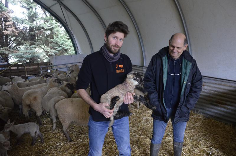Gaëtan Audoin, installé depuis septembre 2018 et Jacques Léridon, le cédant. Ils sont entrés en contact à l'occasion d'un Farm dating de la Chambre d'agriculture de Maine-et-Loire. - © AA