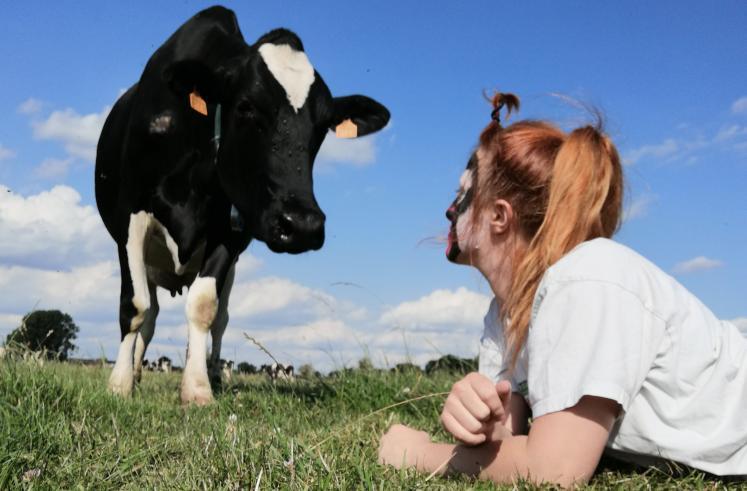 Confinement - une éleveuse refait le clip des « inconnus » sur sa ferme.